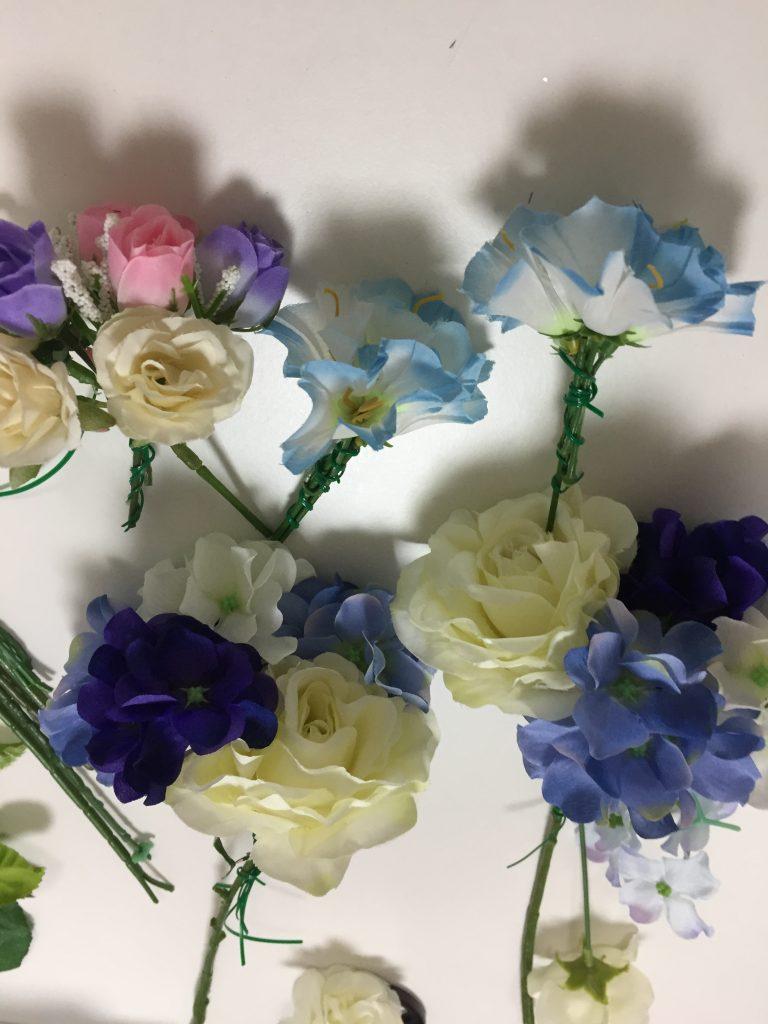 造花を束にしていく